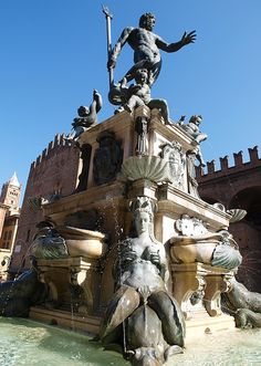 Fontana del Nettuno in Bologna, Italy (by Grumbler).