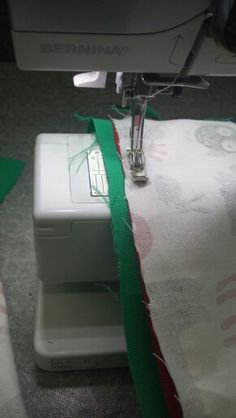 JOINING AND ASSEMBLING  Sewing! Im using the zipperfoot to make sure i can get really close to the zip and not have too musch of the zips material showing.