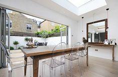chaises-transparentes-table-en-bois-salle-à-plan-ouvert
