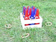 Ringe werfen Spiel aus Glasflaschen und Holzkiste