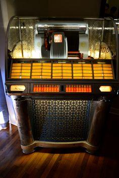 old school Juke box Jukebox, Lps, Radios, Cassette Vhs, Audio Equipment, Photo Equipment, Music Machine, Old Music, Record Players