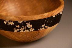 Bol en bois de frêne massif avec tissu japonais. Objet en bois tourné fait main. Pièce unique pour la décoration intérieure.