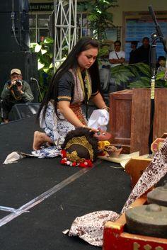 Aerli Rasinah. Penari Topeng. Seni Tradisi. Indramayu. Performer 2012 - 2013   International Mask & Puppets Festival   gununganfestival.com