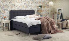 Pickerad sänggavel och Valentine sängbord i romantiskt sovrum. Sun.
