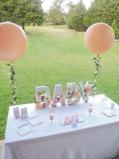 Adorable baby shower party decor! This party decor is so perfect for a spring baby shower.