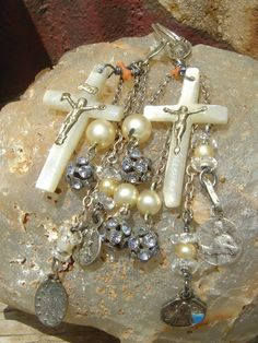 Cross over my heart. Unique Jewelry, Vintage Jewelry, Handmade Jewelry, Jewelry Ideas, Religious Art, Catholic Art, Christian Crosses, Vintage Holy Cards, Catholic Jewelry