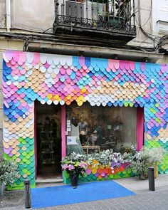 Shop window decor ideas | Идеи для оформления витрины магазина, салона красоты, ресторана #shopwindowideas #оформлениевитрины#оформлениемагазинов Intervenciones de autor II » Nuevo Estilo - DecorAccion Shop Window Displays, Store Displays, Retail Displays, Retail Store Design, Retail Stores, Store Windows, Shop Fronts, Merchandising Displays, Display Design