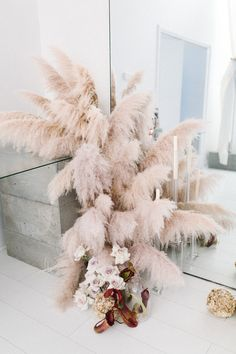 21 Unique Ways to Include Pampas Grass in Your Wedding Decor - Green Wedding Shoes Boho Wedding, Floral Wedding, Wedding Bouquets, Wedding Flowers, Green Wedding, Wedding Shoes, Wedding Altars, Wedding Receptions, Deco Floral
