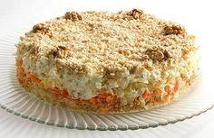 Ингредиенты: 3 вареные картофелины; 2 средние сырые морковки; 200 г свежей капусты; 5-6 яиц; 1 зубчик чеснока; половина стакана грецких орехов; майонез. Приготовление Отварить яйца и картофель (в кожуре). Остудить и очистить яйца и картофель. Картофель мелко нарезать. Уложить на дно сала