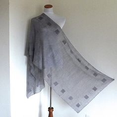 Quadri is a double sided lightweight Shawl that uses an easy to learn technique to obtain alternating texture and visibility.