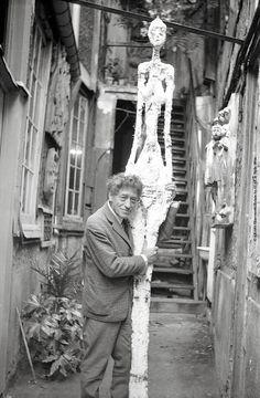 Annette Giacometti, Alberto Giacometti nel cortile dell'atelier con il gesso della Grande donna IV, 1960