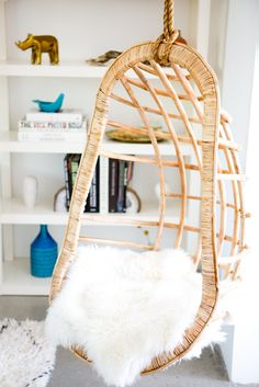 I totally want a hanging chair like this in my room! Home Decor Inspiration, Design Inspiration, Palm Springs Vacation Rentals, Spring Vacation, Blog Deco, Deco Design, Home And Deco, Interiores Design, Decoration