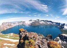 Der Paektusan (kor. weißköpfiger Berg), chinesisch Changbai shan (immerweißer Berg) oder Baitou shan genannt, ist die höchste Erhebung des Changbai-Gebirges. Die Angaben zur Höhe variieren je nach Quelle zwischen 2.744 und 2.750 Metern. Der Berg liegt an der Grenze zwischen der nordkoreanischen Provinz Ryanggang-do und der chinesischen Provinz Jilin. Er ist der höchste Berg der Mandschurei und der Koreanischen Halbinsel. Auf dem Berg entspringen die Flüsse Songhua, Tumen und Yalu.