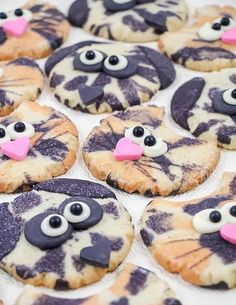 Check out 12 DIY Crafts for Dog Lovers | Calico Cat and Dotty Dalmatian Cookies by DIY Ready at http://diyready.com/diy-crafts-for-dog-lovers/
