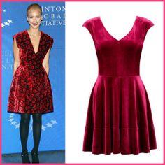 Siz de Jessica Alba gibi görünmek isterseniz Forever New'in bordo kadife elbisesini kaçırmayın.