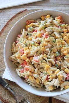 Cześć! Dziś mam dla Was przepis na absolutnie przepyszną sałatkę z makaronem ryżowym i kurczakiem . Na podstawie blogowych statystyk wiem,... Veggie Recipes, Real Food Recipes, Salad Recipes, Cooking Recipes, Healthy Recipes, Feta, Appetizer Salads, Mediterranean Diet Recipes, Big Meals