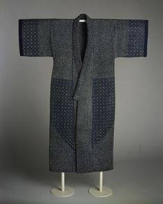 This robe features seven continuous patterns. Some geometric patterns used in sashiko are stylizations of floral themes, such as the kaki no hana (persimmon flower) design seen at the shoulders and hemline