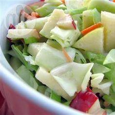 Una deliciosa combinación de repollo (col) con manzanas de dos colores y zanahoria, bañadas en un aderezo de mayonesa con jugo de limón y azúcar. Prueba esta receta fácil y rápida.