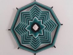 Mandala confecionada com palitos de bambu e lã. God's Eye Craft, Art N Craft, Diy Room Decor, Art Decor, Woolen Craft, Mandala Yarn, Xmax, Gods Eye, Crochet Curtains