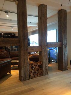 Raumteiler aus alten Balken im Showroom von CRD International
