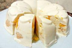 Торт без выпечки «Снежок» не зря получил такое название: белоснежный десерт из торта и правда напоминает снежный сугроб.