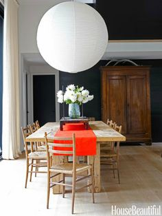 Can you ever go wrong with an Akari pendant? Modern Glass House, Dining Room Design, Dining Room Furniture, Dining Area, Dining Rooms, Kitchen Dining, Kitchen Redo, Dining Tables, Isamu Noguchi