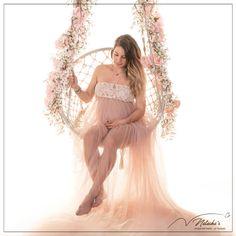 Shooting grossesse avec balançoire et fleurs dans le Val de Marne pour de beaux souvenirs de votre ventre rond !