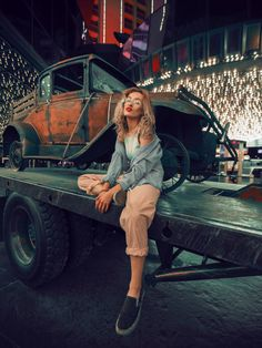 12 Magnificent Vintage Images Woman Sitting On Utility Trailer During Night Bucket List For Teens, Utility Trailer, Automotive Photography, Brown To Blonde, Best Model, Car Girls, Hd Photos, Photography Tips, Street Photography