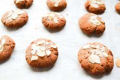 Goede suikervrije koekjes van kokosmeel kun je alleen maken met zeer rijpe bananen! Want: hoe zoeter de bananen, hoe zoeter de koekjes! Lekker met kaneel...