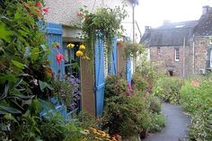 La Gacilly est un petit village du Morbihan dont le nom vous dira forcément quelque chose : lieu d'implantation de la marque Yves Rocher, c'est aussi dans cette commune qu'est organisé chaque année un festival de photographie dédié à la nature.