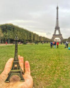 Bom dia Paris, com vista para a Torre Eiffel, no Champ de Mars. França!