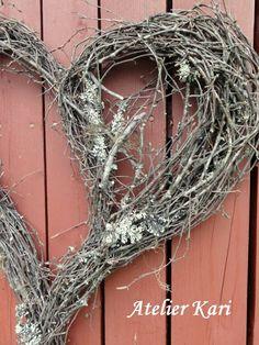 Atelier Kari naturdekorasjoner og kranser Autumn Decorating, Natural Christmas, Xmas Decorations, Basket Weaving, Grapevine Wreath, Merry, Wreaths, Gardening, Branches