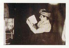 Camille nel proprio atelier in una foto che dovrebbe risalire al 1902.