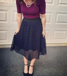 Purple blouse with navy lace skirt Lula Outfits, Modest Outfits, Modest Fashion, Work Fashion, Skirt Fashion, Sexy Outfits, Fashion Ideas, Lace Skirt, Zapatos
