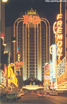 The Plaza Hotel and Fremont Street before they enclosed the street and made it a mall. Vegas Casino, Las Vegas Nevada, Plaza Las Vegas, Las Vegas Sign, Las Vegas Hotels, Plaza Hotel, Vegas Lights, Neon Licht, Fremont Street