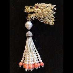 Dragon coral pearl tassel diamond brooch pendant #coraljewelry #coralpink #pearljewelry #pearlwhite #pearl#coral#pearl #pearls #tassels #tassel #tasselnecklace #tasseljewelry #dragons #dragon #dragonart #dragonjewelry #diamondlife #día #diamondpendant #diamondbrooch #brooch #18k #yellowgold #art #artjewelry #luxury #luxurystyle #luxurydesign #luxuryfashion #luxuryjewelry