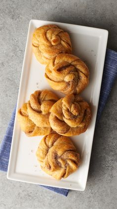 Mini Cardamom Buns: These easy mini cardamom buns are a special treat with coffee for breakfast or a quick dessert. Like Swedish cardamom rolls, but easier! These easy mini cardamom buns are a special treat for breakfast or a quick and easy dessert. Easy Desserts, Dessert Recipes, Quick Dessert, Swedish Cardamom Buns Recipe, Swedish Cuisine, Coconut Buns, Cinnamon Bun Recipe, Baking Buns, Sweets
