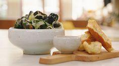 Gremolata is een Italiaans trucje om gerechten op te waarderen. Je maakt het met knoflook, citroenrasp en peterselie. Jeroen combineert het met mosselen en knapperige kruidenbroodjes.
