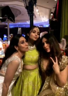Selfie time at Sonamahuja wedding Kareena Kapoor Khan, Deepika Padukone, Love Romance Kiss, Sonam Kapoor Wedding, Bollywood Heroine, Selfie Time, Alia Bhatt, Bollywood Stars, Heroines