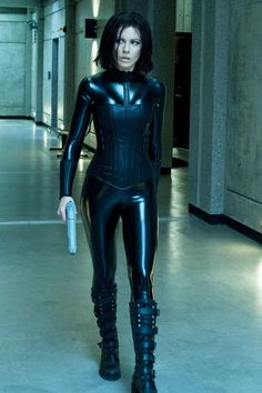 Kate Beckinsale as Selene in Underworld. She looks incredible in liquid leather.