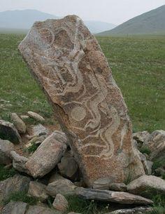 Mongoolse deer stone. Er zijn verschillende theorieën over welk volk ze gemaakt heeft en om welke reden. Je vind ze overal in het mongoolse landschap terug. Kijk voor meer reisinspiratie op www.nativetravel.nl