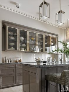 20 Impressive Classic American Kitchen Design Ideas For Your Home Today there are many ways to imitate American classic house style. One of the most important things that can b - Design Hall, Küchen Design, Design Ideas, House Design, American Kitchen Design, Modern Kitchen Design, Modern Design, Modern Classic Interior, Design Studio