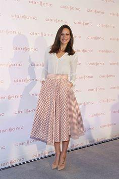 Nos encanta este estilo lady de Eva González ¿qué te parece? #estilo #lady #falda #moda #mujer #EvaGonzález