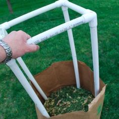 PVC Lawn Bag Stand - Build a stand to hold those pesky paper yard bags upright! Easy to build and slips in and out of the bag. Pvc Pipe Projects, Diy Projects To Try, Project Ideas, Craft Ideas, Furniture Grade Pvc, Pipe Furniture, Outdoor Furniture, Pvc Pool, Diy Pipe