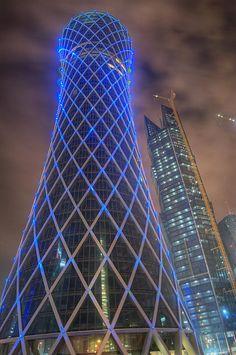 Tornado Tower - Doha (Qatar). De vorm van de toren moet een wervelwind voorstellen. Door de speciale lichten in de toren, kan de toren op 35.000 verschillende manieren verlicht worden.