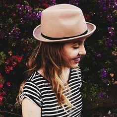 Estampe a sua vida com pequenos sorrisos!! With @amyamariak  #girl #photograph #photography #photoshop #closets #flowers #flower #flores #gatora #beautiful #smile #sorriso #nikon #lightroom #thumbs #tumblr