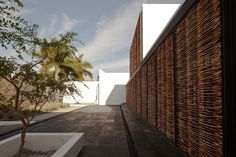Building a house for a urban geographer and a great connoisseur of architecture and city meant for us the posibility to experiment with a certain way of und...