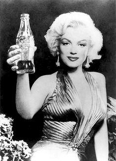 Vintage Coca-Cola - Cheers to you Marilyn! Marilyn even makes drinking Coca-Cola look effortlessly glamorous! Estilo Marilyn Monroe, Marilyn Monroe Fotos, Marilyn Monroe Poster, Coca Cola, Classic Hollywood, Old Hollywood, Pinup, Portrait Studio, Cinema Tv