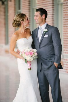classic bride and groom in pink and grey / photo: marissa-moss.com
