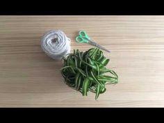 Cómo hacer un macetero colgante de trapillo. Aprende cómo hacer un sujetamacetas con trapillo que puedes colgar en cualquier rincón de tu casa. Un diy muy fácil, bonito y asequible Hippie Crafts, Macrame Plant Hangers, Decorating On A Budget, Modcloth, Ideas Para, Knots, Easy Diy, Projects To Try, Diy Crafts